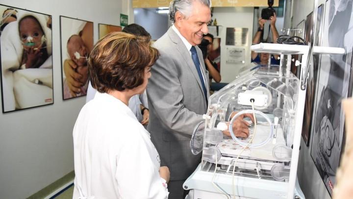 Governador Ronaldo Caiado entregou equipamentos novos ao HMI nesta sexta, 9. (Foto: Junior Guimarães)
