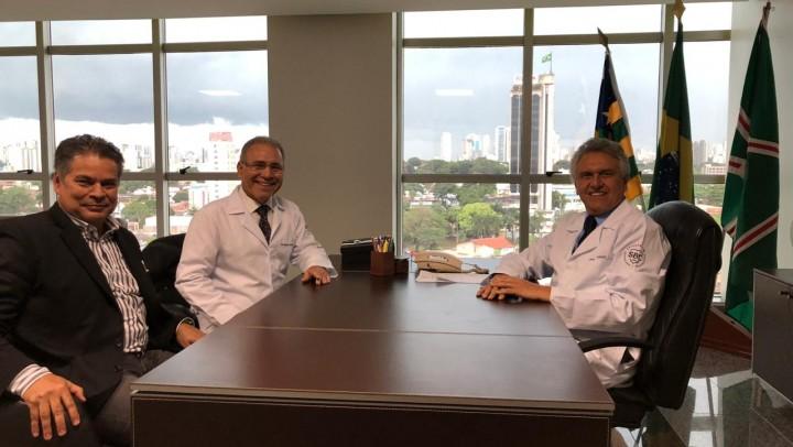 Governador Ronaldo Caiado, o presidente da Sociedade Brasileira de Cardiologia (SBC), Dr. Marcelo Queiroga e da Sociedade Goiana de Cardiologia, Dr. Gilson Cassem Ramos.