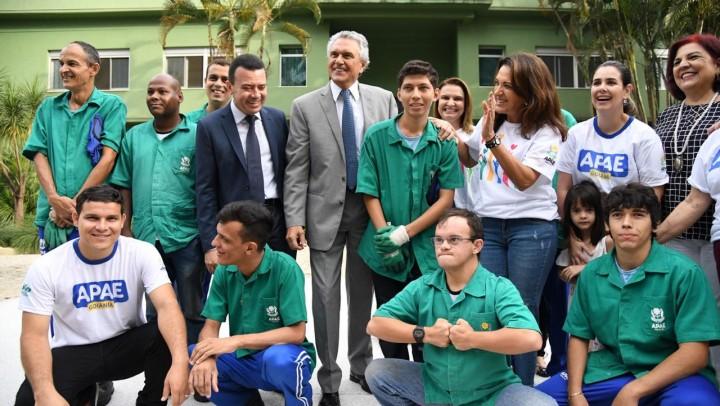 Alunos da oficina de Jardinagem Aprendiz atenderam ao convite da primeira-dama Gracinha Caiado para replantar canteiros da residência oficial